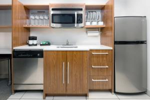 A kitchen or kitchenette at Home2 Suites by Hilton Charleston Airport Convention Center, SC