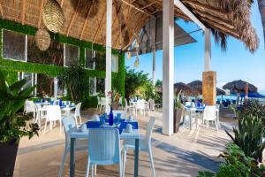 Un restaurante o sitio para comer en Blue Chairs Resort by the Sea