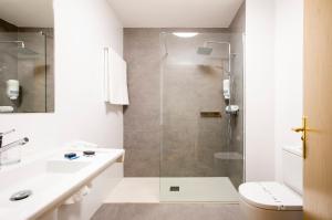 A bathroom at Hotel Urdanibia Park