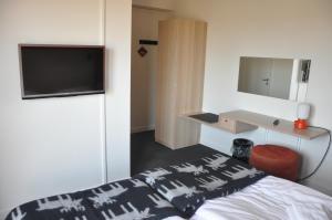 Säng eller sängar i ett rum på SVF Konferens