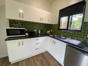 A kitchen or kitchenette at Mena Creek Flower House
