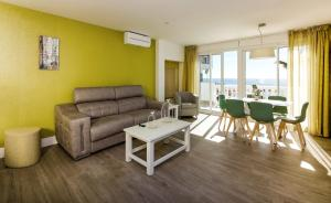 A seating area at Apartamentos Perla Marina