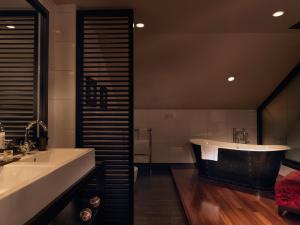 Um banheiro em Malmaison Belfast