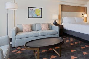 A seating area at Holiday Inn & Suites Across From Universal Orlando