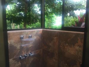 A bathroom at Casa Mediterránea with Pool and 2100 m2 Garden near Beach and Rain Forest