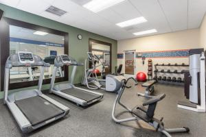 The fitness centre and/or fitness facilities at Hampton Inn Richmond - South