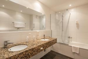 A bathroom at Hotel Monopol Luzern