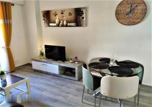 A television and/or entertainment centre at Eldorado Apartment La Mata