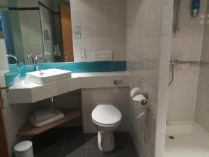 A bathroom at Holiday Inn Express Canterbury