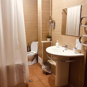 A bathroom at Skazka Hotel Complex