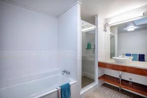 A bathroom at Heart of Airlie Beach Apartment