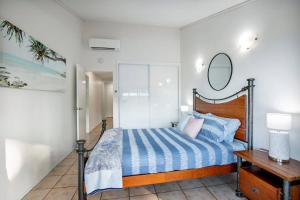 A bed or beds in a room at Heart of Airlie Beach Apartment