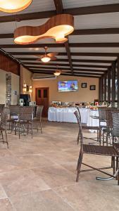 Um restaurante ou outro lugar para comer em Pousada do Lago