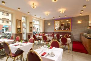 A restaurant or other place to eat at Hotel & Apartments Zarenhof Berlin Friedrichshain