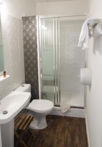 A bathroom at Hôtel Croix Baragnon