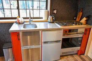 A kitchen or kitchenette at Penke Panke Lodge and Apartments