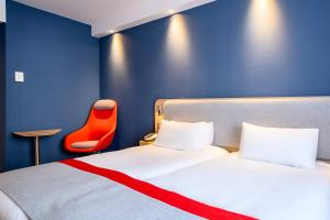 A bed or beds in a room at Holiday Inn Express Mechelen City Centre, an IHG hotel
