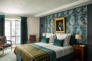 A bed or beds in a room at Hôtel Mansart - Esprit de France