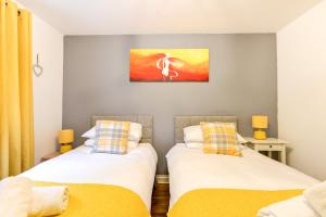 A bed or beds in a room at Comfortable GF Apartment sleeps 4-6 great for contractors with private parking by Sussex Short Lets