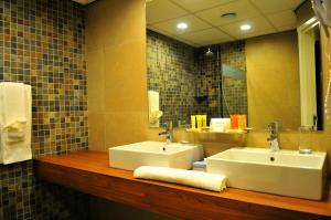 Een badkamer bij Holland House Beach Hotel