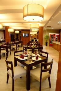 A restaurant or other place to eat at Imigrantes Hotel