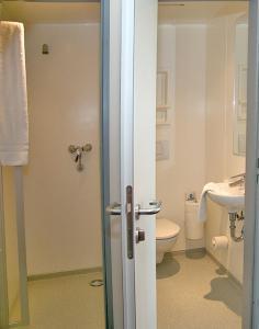 A bathroom at CVJM Jugendgästehaus Berlin