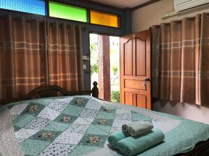 A bed or beds in a room at Ruen Thai Ban Rim Nam