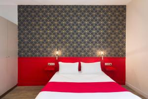 A bed or beds in a room at Best Western Hotel Marseille Bourse Vieux Port by Happyculture