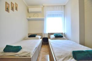 A bed or beds in a room at Huba Apartman 2.