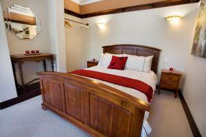 A bed or beds in a room at Elizabeth Flats