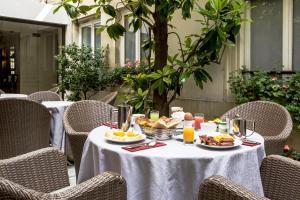 A restaurant or other place to eat at Hotel Des Saints Peres - Esprit de France