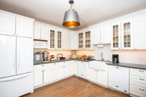 A kitchen or kitchenette at Hayes Valley Inn