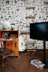 TV a/nebo společenská místnost v ubytování 25hours Hotel HafenCity