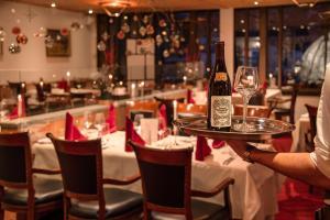 Ein Restaurant oder anderes Speiselokal in der Unterkunft Sport & Wellnesshotel San Gian St. Moritz