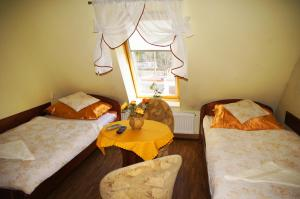 Łóżko lub łóżka w pokoju w obiekcie Pensjonat u Marysi