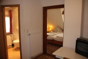 Ein Bett oder Betten in einem Zimmer der Unterkunft Hotel Pension Becker