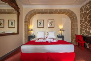 A bed or beds in a room at Auberge De Kerveoc'h