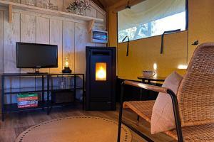 Una televisión o centro de entretenimiento en Can Elisa Safari Tent