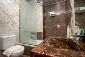 حمام في Flamingo Beach Hotel