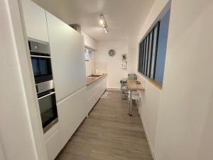 A kitchen or kitchenette at L'IDEAL 112 (85m2, 2 chambres, Parking)