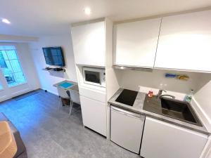 A kitchen or kitchenette at L'IDEAL 9 (hypercentre avec terrasse)