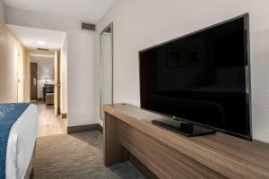 Uma TV ou centro de entretenimento em Comfort Inn & Suites Downtown Brickell-Port of Miami