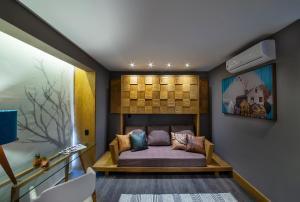 A seating area at Wood Hotel – Casa da Montanha