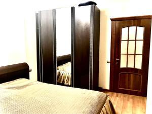 Кровать или кровати в номере Apartments on Meridiannaya Ulitsa 3