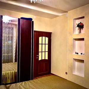 Телевизор и/или развлекательный центр в Apartments on Meridiannaya Ulitsa 3