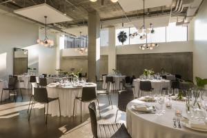 Un restaurante o sitio para comer en Kimpton Everly Hotel