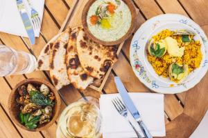 Lunch and/or dinner options available to guests at Kimpton La Peer Hotel, an IHG hotel