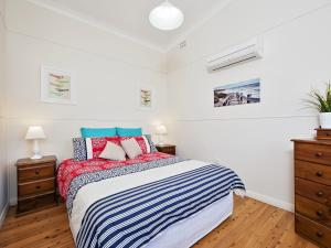 A bed or beds in a room at Fingal Beach Shack @ Fingal Bay