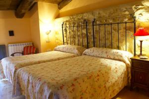 A bed or beds in a room at Hotel Casa Valero