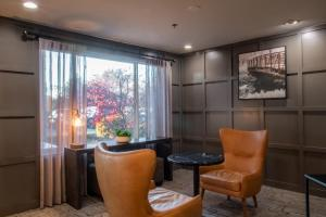 A seating area at Oxford Suites Chico